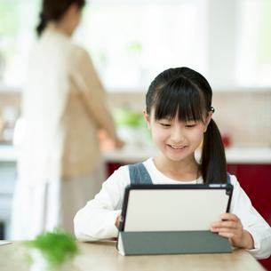 タブレットPCを操作する小学生の写真素材 [FYI02850941]