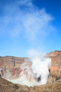 阿蘇中岳火口の噴煙の写真素材 [FYI02850952]