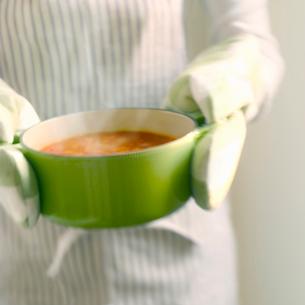 鍋を運ぶ女性の写真素材 [FYI02851052]