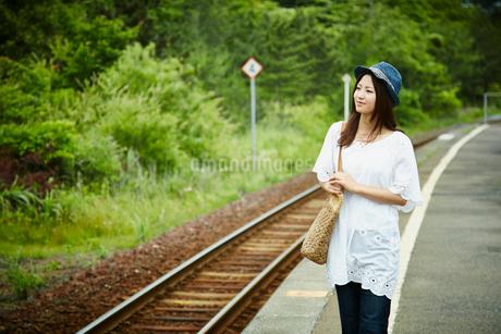 駅のホームに立つ女性の写真素材 [FYI02851179]