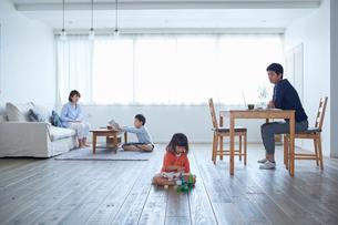 リビングでくつろぐ4人家族の写真素材 [FYI02851218]