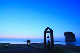 内浦海岸・見附島と夜明けの海の写真素材 [FYI02851228]