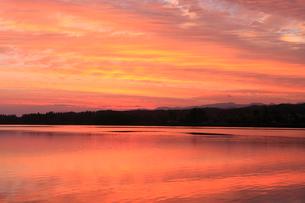 朝焼けの木場潟の写真素材 [FYI02851246]