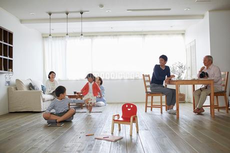 リビングでくつろぐ三世代家族の写真素材 [FYI02851255]