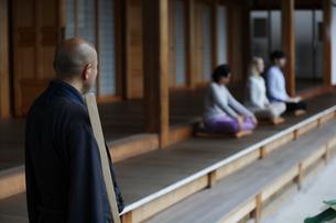 坐禅をする外国人と直堂の写真素材 [FYI02851350]