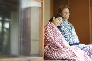 浴衣姿でくつろぐ外国人カップルの写真素材 [FYI02851357]