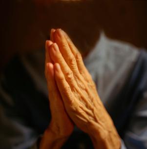 Mature woman prayingの写真素材 [FYI02851364]