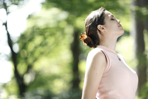 目を閉じる外国人女性の横顔の写真素材 [FYI02851390]