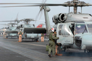 Helicopter crews change out on the flight deck aboard USS Thの写真素材 [FYI02851406]