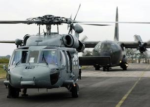 U.S. Navy SH-60B Seahawk helicopter and an Australian C-130の写真素材 [FYI02851423]