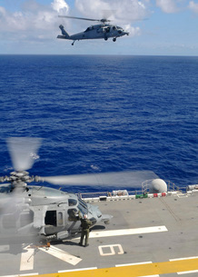 An MH-60S Sea Hawk helicopter approaches the flight deck ofの写真素材 [FYI02851434]