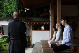 坐禅をする外国人と直堂の写真素材 [FYI02851438]