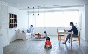 リビングでくつろぐ4人家族の写真素材 [FYI02851451]