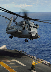 A CH-53E Sea Stallion helicopter takes off from amphibious aの写真素材 [FYI02851467]