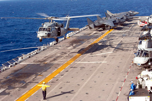 An MH-60S Seahawk helicopter prepares to land aboard USS Makの写真素材 [FYI02851490]
