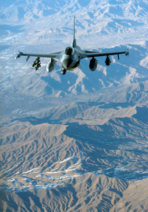 A U.S. Air Force F-16C Fighting Falcon in flight over Afghanの写真素材 [FYI02851506]