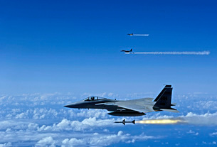 F-15 Eagle aircraft fire AIM-7 Sparrow missiles.の写真素材 [FYI02851523]