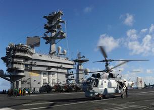 A Russian Navy KA-27 Helix helicopter lands aboard USS Nimitの写真素材 [FYI02851533]
