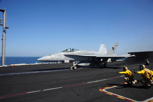 An F/A-18C Hornet launches from the flight deck of USS Dwighの写真素材 [FYI02851535]