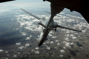 A U.S. Air Force KC-10 refuels a B-1B Lancer over Afghanistaの写真素材 [FYI02851548]