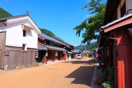 若狭鯖街道熊川宿 中の町の家並みの写真素材 [FYI02851561]