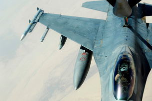 A KC-135 Stratotanker refueling an F-16CJ Fighting Falcon ovの写真素材 [FYI02851581]