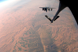 An F-15E Strike Eagle is refueled by a KC-135 Stratotanker.の写真素材 [FYI02851589]