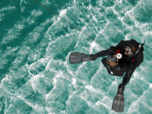 Search and Rescue swimmers are hoisted into an MH-60S Seahawの写真素材 [FYI02851612]