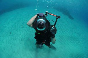 A combat photographer familiarizes himself with an underwateの写真素材 [FYI02851648]
