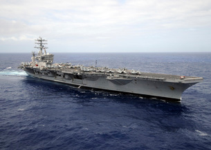 The aircraft carrier USS Nimitz transits the Pacific Ocean.の写真素材 [FYI02851685]