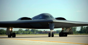 A B-2 Spirit taxis onto the flightline at Whiteman Air Force Base, Missouri.の写真素材 [FYI02851717]