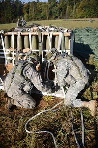 U.S. Army Europe Soldiers perform heavy-load drop recovery operations.の写真素材 [FYI02851727]