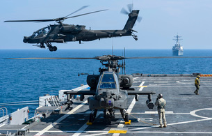 An Army AH-64D Apache helicopter takes off from USS Ponce.の写真素材 [FYI02851732]