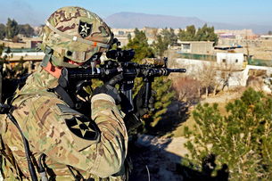 U.S. Army soldier scans for security threats from the rooftop.の写真素材 [FYI02851739]