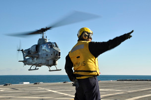 An AH-1W Super Cobra helicopter lifts off from USS Ponce.の写真素材 [FYI02851742]
