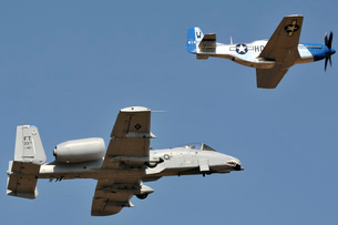 An A-10 Thunderbolt and a P-51 Mustang perform a heritage flight.の写真素材 [FYI02851751]