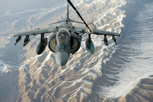 An A/V-8B Harrier receives fuel over Afghanistan from a KC-10 Extender.の写真素材 [FYI02851757]
