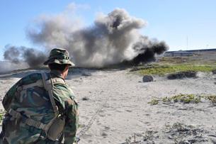 A U.S. Navy student in basic underwater demolition/SEAL traiの写真素材 [FYI02851759]