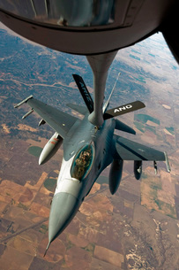 An F-16 Fighting Falcon receiving fuel from a KC-135 Stratotの写真素材 [FYI02851819]
