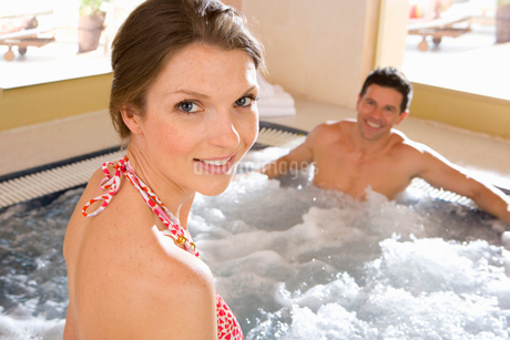 Smiling couple in hot tubの写真素材 [FYI02852581]