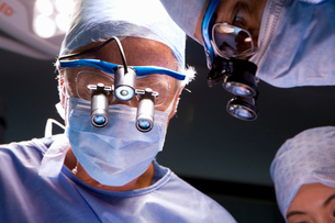 Concentrating surgeons performing operation in operating roomの写真素材 [FYI02852648]
