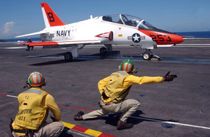 A shooter signlas the launch of a T-45A Goshawk trainer aircの写真素材 [FYI02852665]