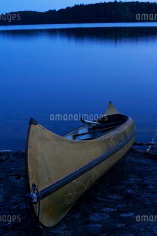 Canoe at lake shore during duskの写真素材 [FYI02852688]