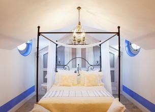 Chandelier over four poster bed in luxury bedroomの写真素材 [FYI02852697]