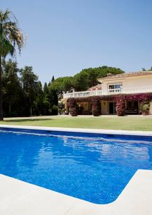Luxury lap pool and Spanish villaの写真素材 [FYI02852698]