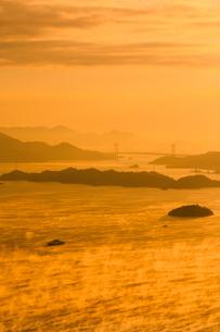 筆影山から望む三原瀬戸の海霧の写真素材 [FYI02852723]