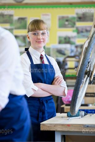 Portrait confident high school student in shop classの写真素材 [FYI02852785]