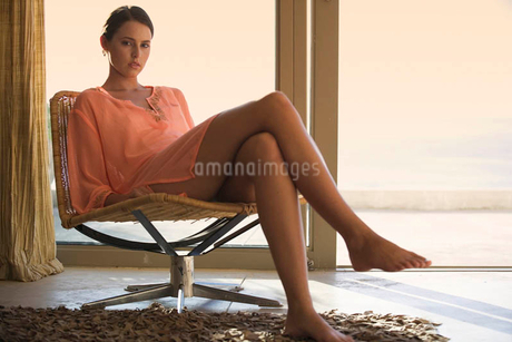 A young woman sitting in a chairの写真素材 [FYI02852790]