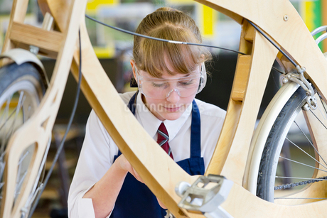 High school student assembling bicycle in shop classの写真素材 [FYI02852810]