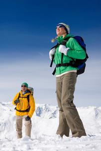 Happy couple backpacking on snowy mountainの写真素材 [FYI02852812]
